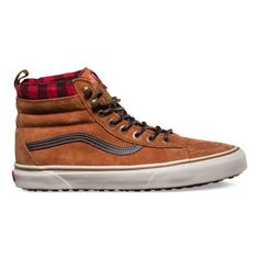 The Sk8-Hi MTE revamps the legendary Vans high top with weatherized additions designed for the elements. Premium Scotchgard®-treated  uppers, warm linings, and a heat retention layer between sockliner and outsole keep feet warm and dry while the newly-constructed vulcanized lug outsole takes advantage of 20 years of snow boot history for maximum traction.