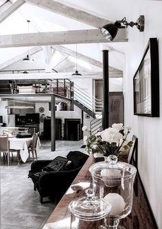La pièce principale, haute de plafond, d'un loft plein de charme de 170 m2. Plus de photos sur Côté Maison http://petitlien.fr/7rj6