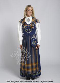 Nordlandsbunad til dame - BunadRosen AS Norway Culture, Folk Costume, Costumes, Norwegian Clothing, Wool Embroidery, Folklore, Scandinavian, Birth, Country