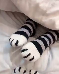 OFF, buy now 🙌🙌Winter Cat Claws Sweet, thick, warm loft socks Throw away your old socks! These are the super cute cat claw socks that young fashion women are now Young Fashion, Kids Fashion, Fashion Women, Fashion Socks, Cat Lover Gifts, Cat Lovers, Fleece Socks, Super Cute Cats, Winter Cat