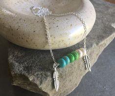 Kleur blok Turquoise Boho gelaagdheid ketting met veer charme accenten - lange ketting - Bar ketting door Adrienne Adelle