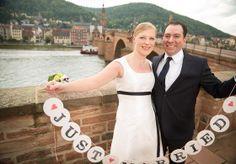 kurzes Hochzeitskleid mit dunkelblauem Band, Empire Linie, leicht ausgestellter Rock, Träger und Carreeausschnitt  (http://www.noni-mode.de)
