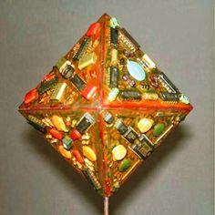 ARKA: Octaedro. Figura geométrica realizada con tarjetas de computadora y decorada con piezas de los circuitos, de 20 cm.