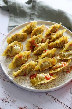 Hjemmelavede Dumplings Med Svinekød Og Forårsløg - Jeg elsker dumplings og hjemmelavede dumplings skal man endelig ikke undervurdere! De her er fyldt med et lækker mix af svinekød og andre herligheder. De er nemme at lave og der er tilmed en video til, som viser hvordan jeg laver disse lækre dumplings. #Dumplings #Svinekød #Kinesisk