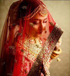 These Real Brides with Veils Are Way Too Gorgeous To Miss! Bride Photography, Indian Wedding Photography, Photography Ideas, Portrait Photography, Bridal Poses, Bridal Photoshoot, Disney Wedding Dresses, Wedding Outfits, Pakistani Bridal Dresses