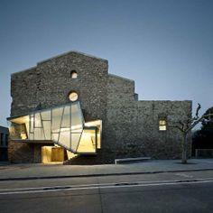 Igreja na Espanha que abrigou projeto super moderno. No entorno foram construídos um auditório e um centro multicultural.