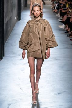 21 Spring 2020 Ready-to-Wear Fashion Show Collection: See the complete No. 21 Spring 2020 Ready-to-Wear collection. Look 25 Catwalk Fashion, Fashion Wear, Fashion 2020, High Fashion, Fashion Outfits, Fashion Trends, Singer Fashion, Style Haute Couture, N21