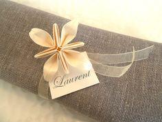 Rond de serviette marques place pour mariage en origami - fleur ivoire en papier…