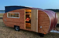 Homegrown Trailers has created a charming, off-grid travel trailer that& solar powered and made with eco-friendly, renewable materials. Small Trailer, Trailer Build, Eco Trailer, Trailer Plans, Little Cabin, Teardrop Trailer, Teardrop Campers, Back To Nature, Solar Power
