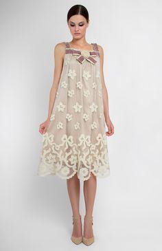 Платье из шёлкового кружева с рисунком из шерсти. Отделка бархатной лентой, бусинами и розой ручной работы дизайнера. Потайная молния на спине. Подкладка из натурального шёлка. На фото: модель ростом 170 см, размер S.