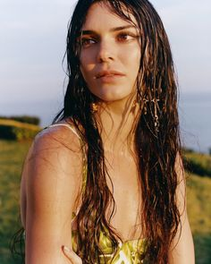 Kendall Jenner and Vittoria Ceretti are in a Hockney-colors summer mood , styled by Carlos Nazario for 'Put It in Print'. Kendall flies solo with the duo lensed by Oliver Hadlee Pearch for Vogue US June Hair by James Pecis; makeup by Susie Sobol Photographie Portrait Inspiration, Malibu Beaches, Kendall Jenner Outfits, Kendall Jenner Without Makeup, Kendall Jenner Snapchat, Kylie Jenner, Vogue Us, Summer Swimwear, Summer Beauty