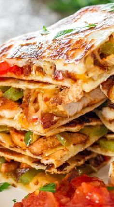 Chicken Fajita Quesadillas sauteed onions red and green peppers perfectly seasoned chicken breast melted cheese between two tortillas Simply yummy Mexican Southwestern f. Fajita Mix, Cake Courgette, Sauce Pizza, Mexican Chicken Recipes, Chinese Recipes, Cooking Recipes, Healthy Recipes, Tasty Snacks, Cheap Recipes