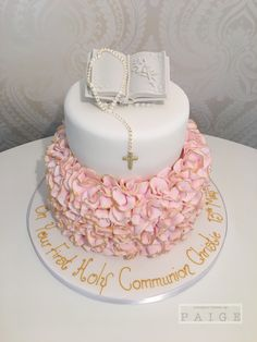 This is a delightful looking Cake Confirmation Cakes, Baptism Cakes, Baptism Party, First Holy Communion Cake, First Communion Decorations, Princesa Sophia, Quinceanera Cakes, Girl Cakes, Cake Designs