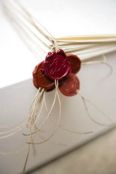 Wax seal embellishments / Timbri in ceralacca come decorazione Paper Crafts, Diy Crafts, Wax Seals, Love Letters, Wedding Stationery, Wedding Invitations, Embellishments, Favors, Wraps