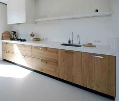 Bekijk de foto van Maura_l met als titel Houten keuken, wit keukenblad. en andere inspirerende plaatjes op Welke.nl.