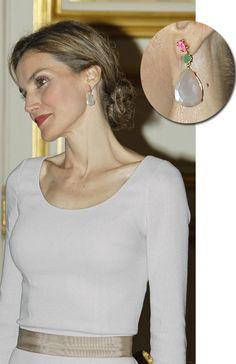 Pendientes para una Reina: Doña Letizia deslumbra en nuestra 'Royal Fashion Week'