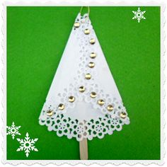 Easy & fun kids craft for Christmas ! Tree Ornaments made of Paper Doilies Easy Christmas Ornaments, Homemade Christmas Cards, Christmas Cards To Make, How To Make Ornaments, Christmas Tree, Paper Doily Crafts, Doilies Crafts, Paper Doilies, Easy Crafts For Kids Fun
