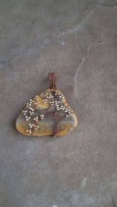 Wire tree pendant with shell background from Modern Mermaid Design. - Wire tree pendant with shell background from Modern Mermaid Design. Glass Jewelry, Metal Jewelry, Beaded Jewelry, Handmade Jewelry, Wire Wrapped Pendant, Wire Wrapped Jewelry, Wire Crafts, Jewelry Crafts, Jewelry Ideas