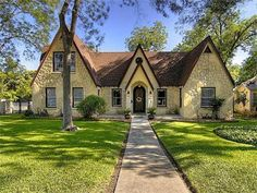 Love the clean lines and awesome maintenance of this landscaping! What a beauty! Call Team Wilson Real Estate Partners in Mt. Juliet, TN to find or sell your home! Alamo Heights, Beautiful Architecture, San Antonio, Floor Plans, Real Estate, Cabin, Flooring, Mansions, Landscape