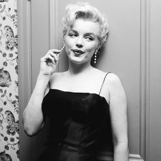 Marilyn Monroe photographed by #EarlLeaf in 1956 during her press conference about Bus Stop (1956)