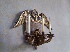 Stemma della famiglia Borromeo Arese - Palazzo Borromeo, Isola Madre, Lago Maggiore (VB). Uno dei candelabri da parete a tre bracci presente nella Sala del Camino.