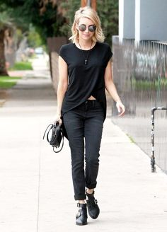 emma-roberts-style-casual-t-shirt-total-black-