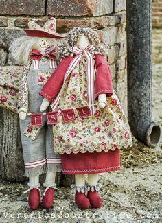 ♥ FALL IN LOVE ♥ è un libro di cucito creativo, interamente a colori, costituito da 76 pagine, ricche di spiegazioni passo passo, numerose fotografie e cartamodelli in scala 1:1. potrete realizzare simpatiche creazioni, BEN 23 PROGETTI DEL TUTTO INEDITI, per la vostra casa o il tempo libero. il libro è già disponibile, fresco fresco di stampa. Victorian Dolls, Country Life, French Country, Doll Patterns, Falling In Love, Doll Clothes, Sewing, Porcelain Doll, How To Make
