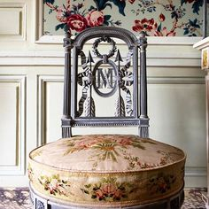 Sculpted on the chair back, M and A initials of the queen Marie-Antoinette EPV / Thomas Garnier