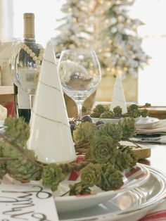 33 Lovely Winter Tablescapes Decoration Ideas Best For Wedding Party - Spring is a wonderful time of the year. After a long, cold winter cooped up in the house, we all get the chance to breathe in the fresh air and enjoy . Cozy Christmas, Christmas Holidays, Christmas Wreaths, Christmas Decorations, Xmas, Christmas Table Settings, Christmas Tablescapes, Holiday Tablescape, Minimal Decor