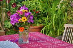 verum-textilia: Tischdecke mit gewebter Schrift (kein Druck). Glass Vase, Home Decor, Table Covers, Hemp, Bible Verses, Weaving, Textiles, Decoration Home, Room Decor