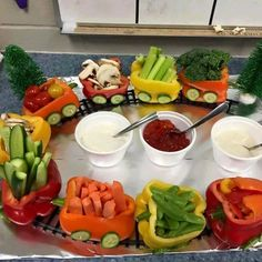 Cute idea for a veggie tray Cute Food, Good Food, Yummy Food, Healthy Snacks, Healthy Eating, Healthy Recipes, Veggie Tray, Veggie Display, Snacks Für Party