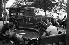 BJ Duarte   Cosac Naify  foto de uma das bibliotecas circulantes (em formato literalmente circulante)  em 1937. As imagens fazem parte do livro B. J.
