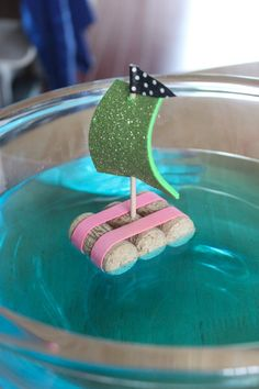 Zeilbootje van kurk - Cork Sailboat with sparkly sail by mama papa bubba #DIY