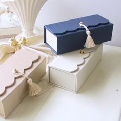 boîtes festonnées Cardboard Box Crafts, Cool Paper Crafts, Diy Paper, Diy And Crafts, Diy Gift Box, Diy Box, Origami Box, Diy Gifts For Boyfriend, Wedding Boxes