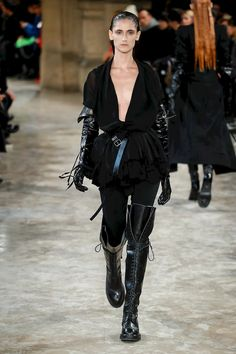 Ann Demeulemeester Ready To Wear Fall Winter 2018 Paris Knit Fashion, Live Fashion, Runway Fashion, Fashion Show, Cyberpunk Mode, Cyberpunk Fashion, Steampunk Fashion, Gothic Fashion, Emo Fashion