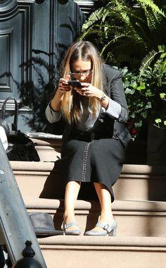 Verkrampfte Haltung, komische Grimasse: Mit der Brille auf der Nase überprüft Sarah Jessica Parker den Foto-Winkel ihres Schuh-Pics.