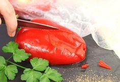 Pour peler des poivrons sans aucune difficulté, lavez les poivrons, coupez-les en deux et placez-les dans un sac hermétique pouvant aller au micro-ondes.  Placez les poivrons dans le micro-ondes et faites chauffer à puissance maximale pendant deux minutes. Une fois refroidis, vous pourrez les peler facilement
