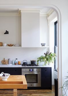 Black kitchen cabinets - Small streamlined Brooklyn kitchen with black cabinets by architect Jess Thomas – Black kitchen cabinets Kitchen Vent, Small Kitchen Cabinets, Kitchen Hoods, Black Cabinets, Painting Kitchen Cabinets, Kitchen Shelves, New Kitchen, Wood Shelves, Kitchen Furniture