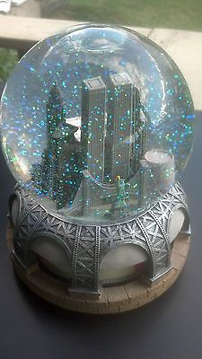 Bloomingdale's ~NYC Twin Towers Skyline Musical Snow Globe ~Plays New York Theme