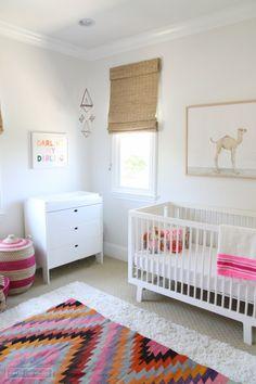 Idée n°18 : un tapis ethnique coloré. 23 idées déco pour la chambre bébé >> http://www.homelisty.com/23-idees-deco-pour-la-chambre-bebe/
