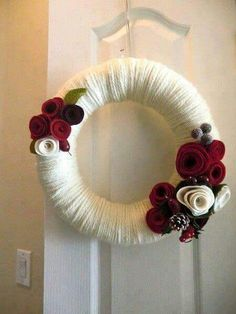 Classic Christmas Yarn Wreath Red Felt Roses by saffronfields - want glitter white yarn, more pinecones and mistletoe! Felt Wreath, Wreath Crafts, Diy Wreath, Felt Crafts, Holiday Crafts, White Wreath, Snowman Wreath, Christmas Yarn Wreaths, Christmas Crafts