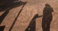 Arqueólogos em Israel descobriram mosaicos de uma igreja bizantina com 1500 anos, incluindo um que tem um Cristograma cercado por pássaros.