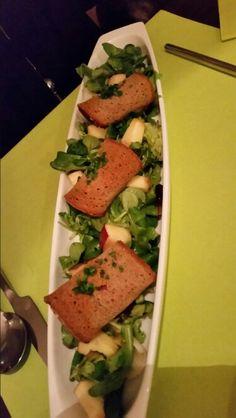 Schrammelsalat. Gegrillter Schafkäse im Brot-Schinken-Mantel auf Blattsalat. Restaurant, Mantel, Tacos, Mexican, Drink, Ethnic Recipes, Leafy Salad, Hams, Crickets