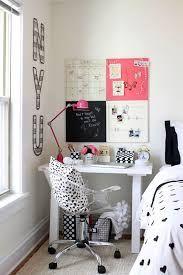 Uma ótima opção é montar o home office dentro do quarto. Ficou lindo!
