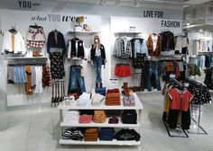 Update Heritage Girl Chile 2017 Pt. 1 Clothing Store Displays, Clothing Store Design, Boutique Clothing, Ideas Cafe, Boutique Store Front, Design Logo, D House, Shop Fronts, Merchandising Displays