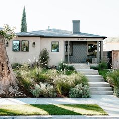 This California Bungalow Will Make You Want to Move Out West – Exterior Casas California, California Garden, California Homes, California Bungalow Interior, California Home Decor, Bungalow Interiors, Bungalow Homes, Bungalow Decor, Bohemian House
