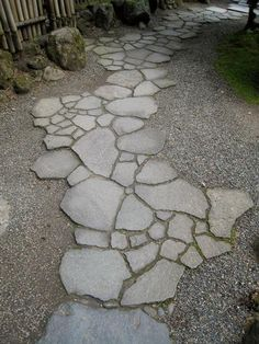Path design ideas to makeover your front yard Share Now you can use broken up leftover and donated pieces of concrete to create your very own customized Concrete Pathway. Here are the basic steps to get you started on your concrete pathway-building journ Garden Stones, Garden Paths, Walkway Garden, Concrete Pathway, Stone Walkway, Concrete Edging, Stone Pathways, Paver Walkway, Recycled Concrete