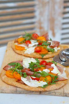 Pizza mit Schinken und Rucola | Zeit: 40 Min. | http://eatsmarter.de/rezepte/pizza-mit-schinken-und-rucola-1