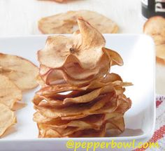 Baked Cinnamon Apple Chips Recipe with oven - Pepper Bowl Pepper Bowl: crispy apple chips with cinnamon twist Sweet Recipes, Snack Recipes, Dessert Recipes, Sweet Desserts, Turkey Recipes, Fall Recipes, Cinnamon Apple Chips, Cinnamon Twists, Twisted Recipes