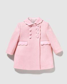 Abrigo de bebé niña Dulces de paño en rosa Toddler Girl Style, Toddler Fashion, Kids Fashion, Little Girl Fashion, Little Girl Dresses, New Baby Dress, Baby Girl Dress Patterns, Kids Coats, Baby Coat